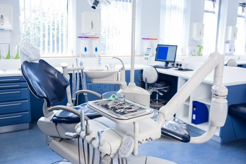 Dentro da clínica com cadeiras, computador e ferramentas dos dentistas foto de stock royalty free