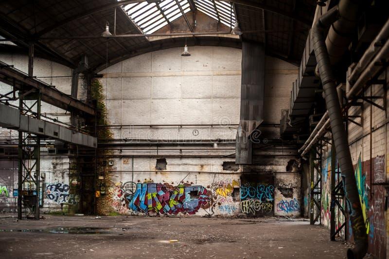 Dentro da construção velha e abandonada da fábrica com grafittis imagens de stock royalty free