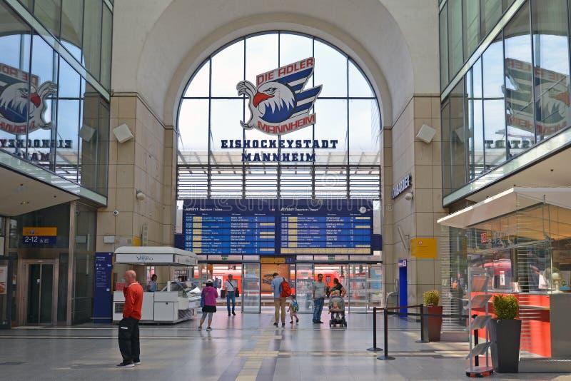 Dentro da estação principal de Mannheim com chegada do trem e calendário de partida digitais azuis fotografia de stock