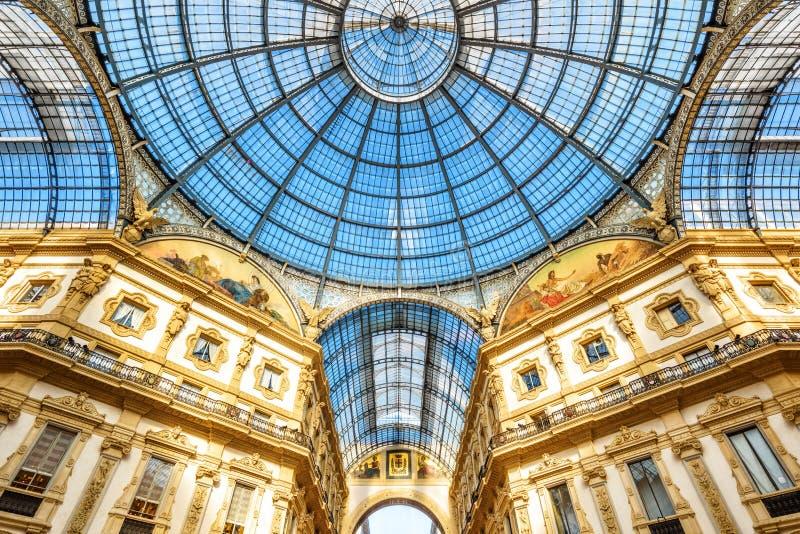 Dentro da galeria Vittorio Emanuele II em Milão, Itália fotografia de stock