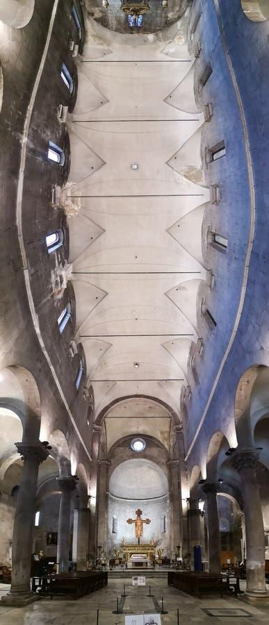 Dentro da igreja de San Frediano em Lucca, Itália imagens de stock royalty free