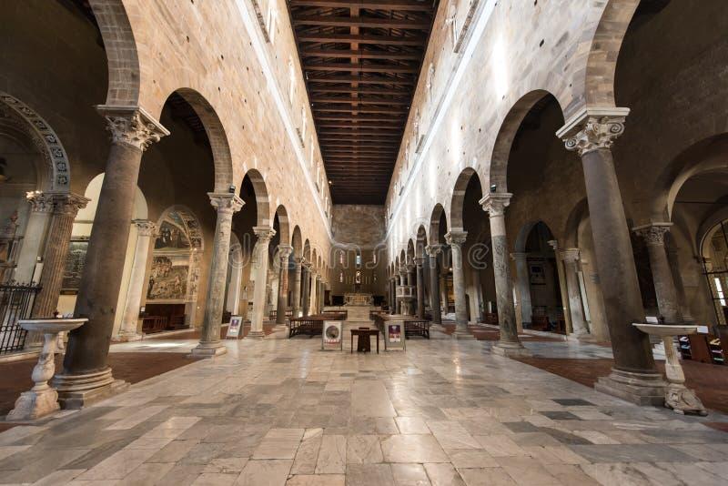 Dentro da igreja de San Frediano em Lucca, Itália fotos de stock