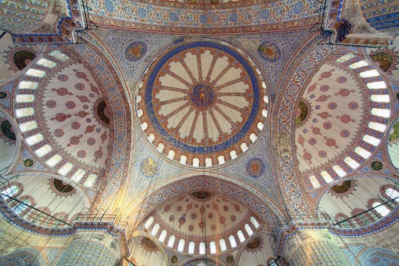 Dentro da mesquita azul islâmica em Istambul imagens de stock