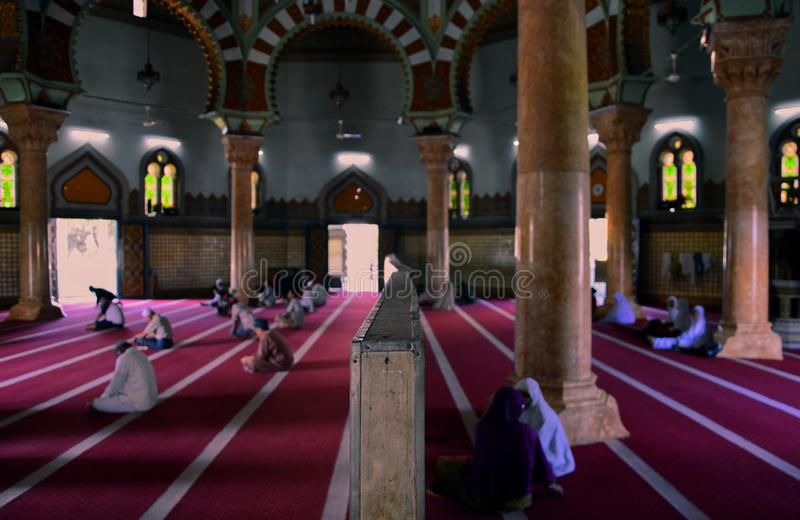 Dentro da mesquita grande em Medan, Indonésia foto de stock