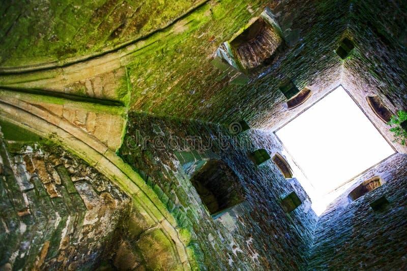 Dentro da torre do Tor de Glastonbury no monte de Glastonbury imagem de stock