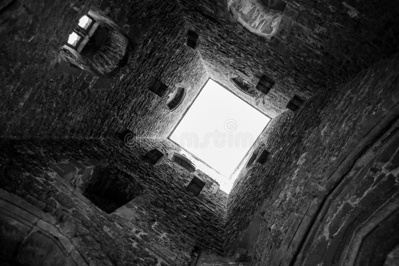 Dentro da torre do Tor de Glastonbury no monte de Glastonbury foto de stock royalty free
