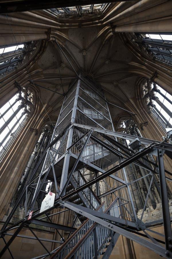 Dentro da torre dos DOM do koelner em Alemanha imagem de stock