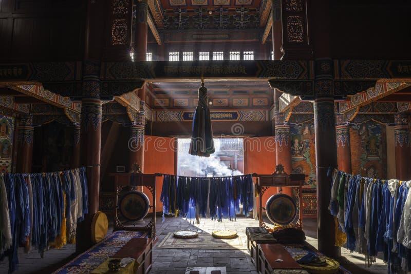 Dentro de: brillo de las rayas pálidas a través de la ventana: Lamesery adornado hermoso, día de Dazhou Hohhot fotos de archivo libres de regalías
