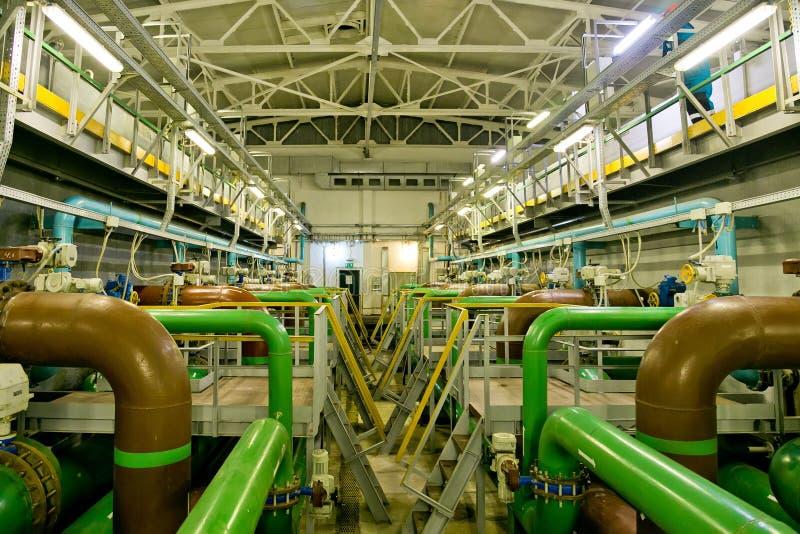 Dentro de depuradora de aguas residuales, de los filtros, de tubería y del equipo modernos de la purificación foto de archivo libre de regalías