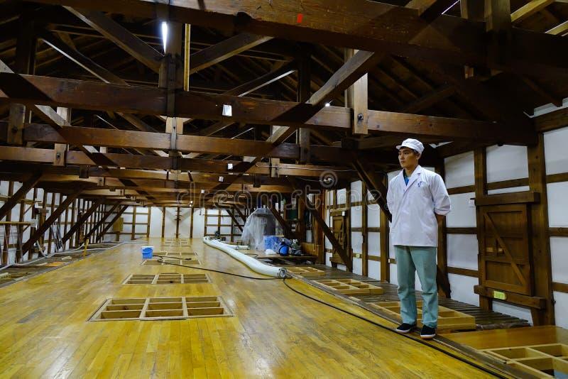 Dentro de fábrica del vino del motivo en Akita, Japón foto de archivo