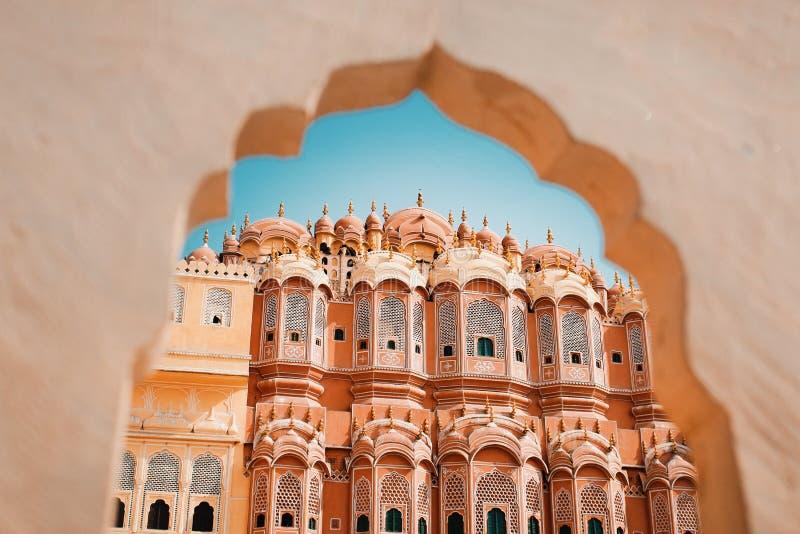 Dentro de Hawa Mahal ou do palácio dos ventos na Índia de Jaipur É construído do sandston vermelho e cor-de-rosa fotografia de stock