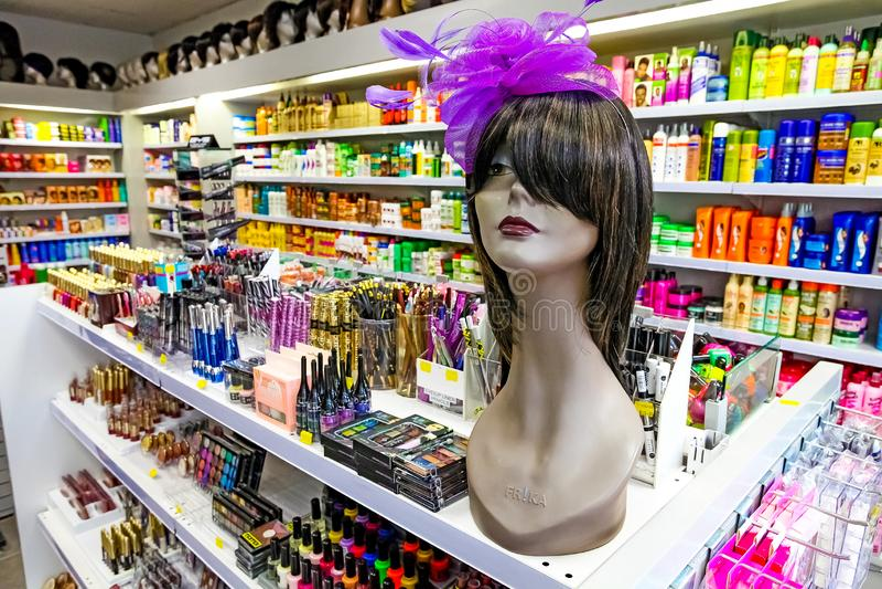 Dentro de interior de una tienda de los cosméticos foto de archivo libre de regalías