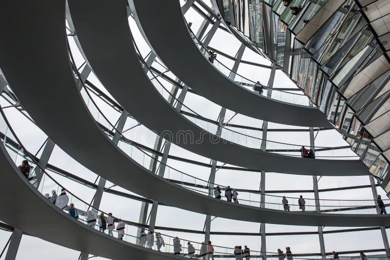 Dentro de la bóveda de cristal en el tejado del Reichstag en Berlín, Alemania foto de archivo