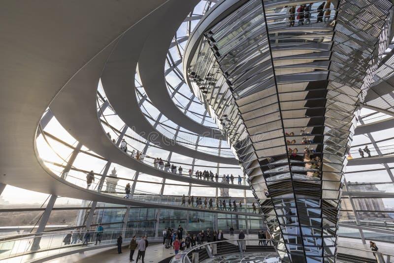 Dentro de la b?veda de Reichstag en Berl?n foto de archivo