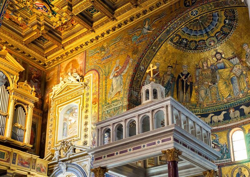 Dentro de la basílica de Santa Maria en Trastevere en Roma foto de archivo