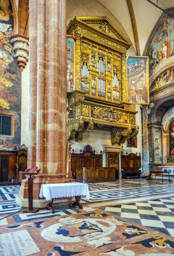 Dentro de la basílica di San Zeno en Verona imagen de archivo libre de regalías