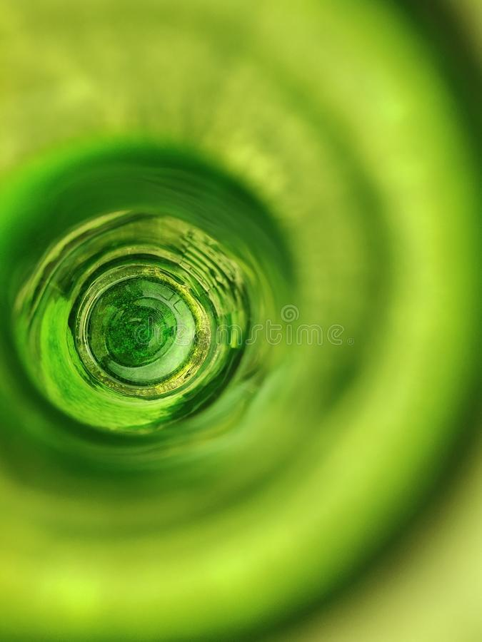 Dentro de la botella verde fotografía de archivo