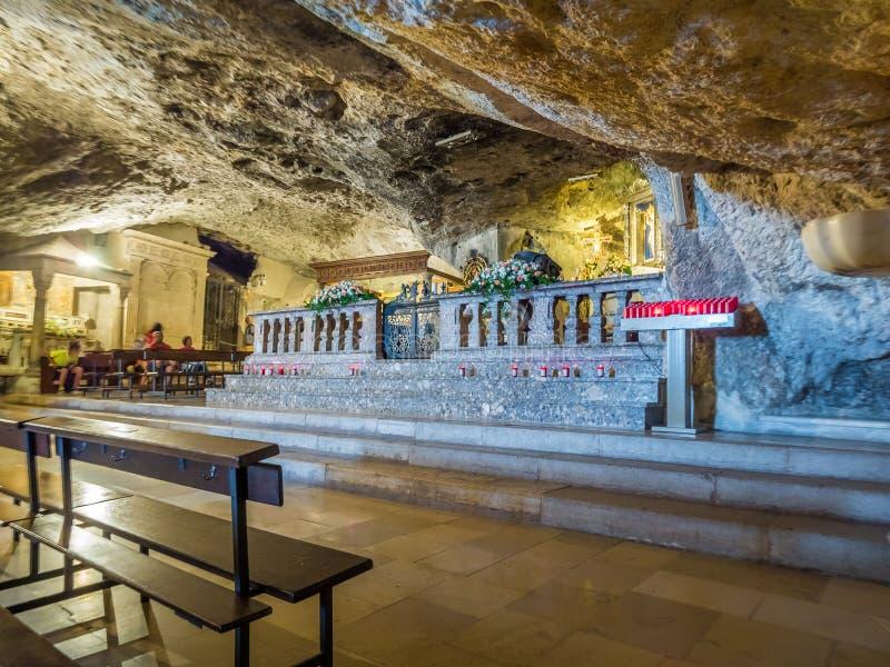Dentro de la capilla del santuario de San Michele Arcangelo, Monte Sant Angelo fotos de archivo libres de regalías