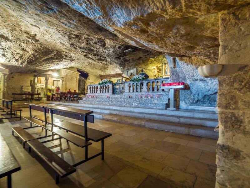 Dentro de la capilla del santuario de San Michele Arcangelo, Monte Sant Angelo fotos de archivo