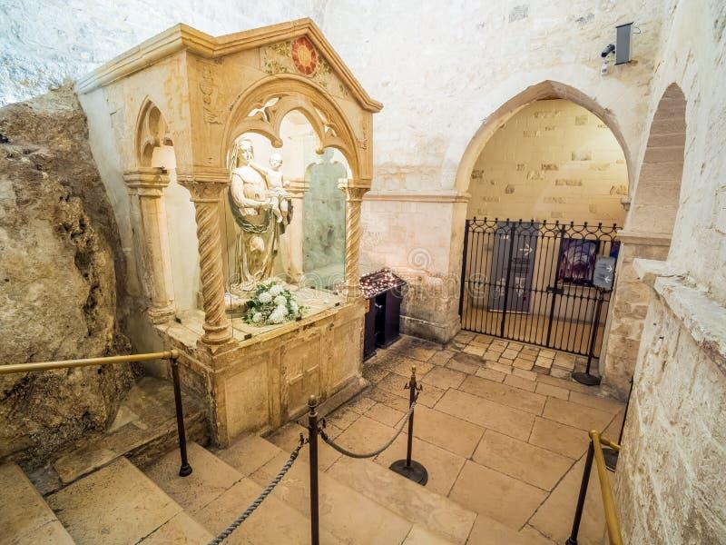Dentro de la capilla del santuario de San Michele Arcangelo, Monte Sant Angelo imagen de archivo libre de regalías