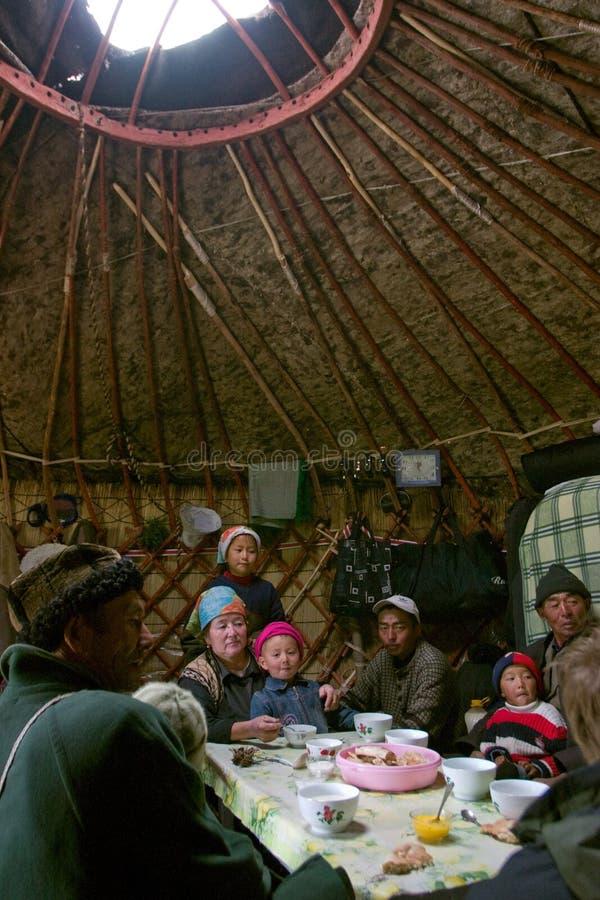 Dentro de la casa del pastor de Kirghiz - yurt foto de archivo libre de regalías