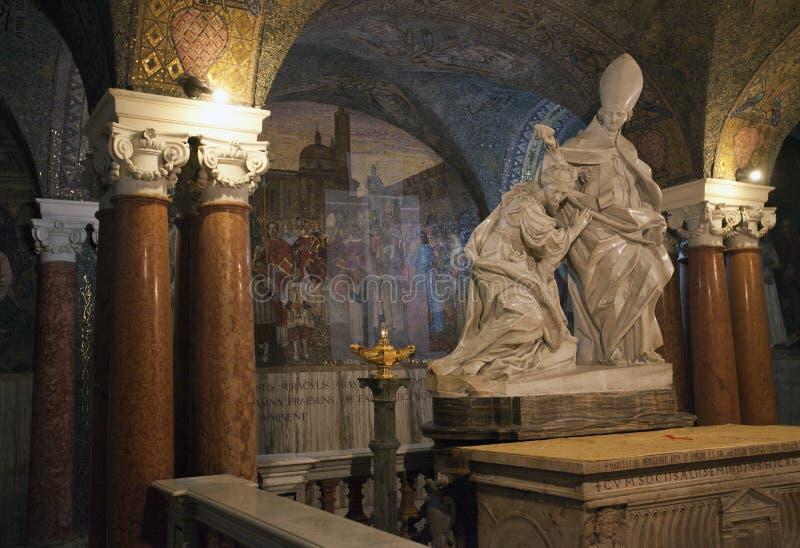 Dentro de la cripta imagenes de archivo