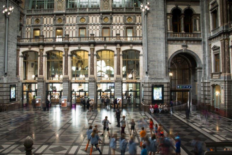 Dentro de la estación de tren central en Amberes imagen de archivo libre de regalías
