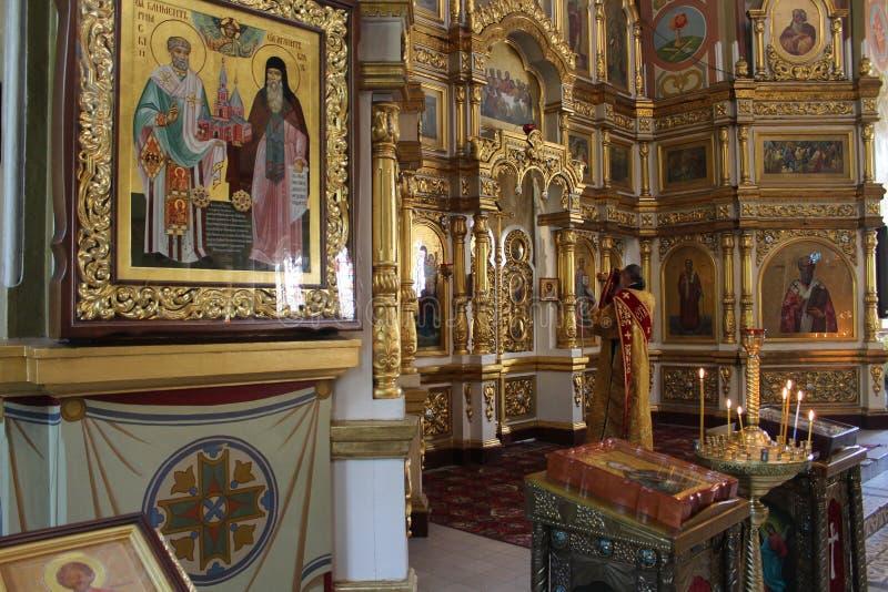 Dentro de la iglesia ortodoxa hermosa foto de archivo libre de regalías