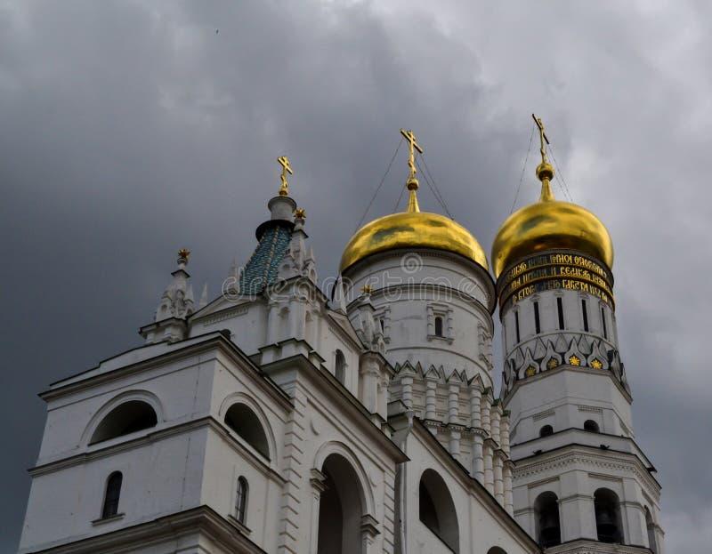 Dentro de la Moscú el Kremlin El campanario de Ivan el grande contra la perspectiva de las nubes tormentosas fotos de archivo