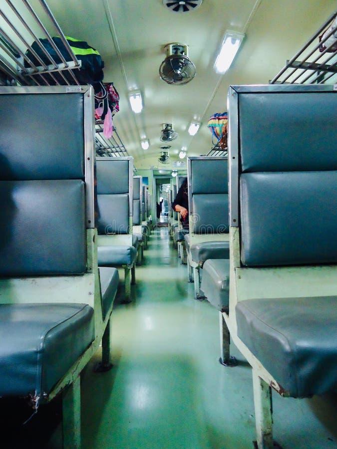 Dentro de la tercera clase del tren local de tren de Tailandia fotografía de archivo libre de regalías