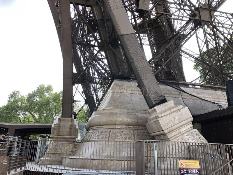 Dentro de la vista de la estructura en la base de la torre Eiffel en Par?s imágenes de archivo libres de regalías