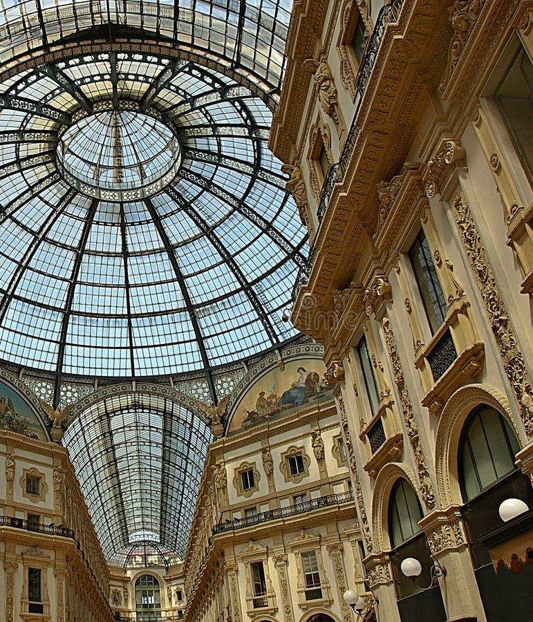 Dentro de la vista de la galería de Vittorio Emanuele en Milán foto de archivo libre de regalías