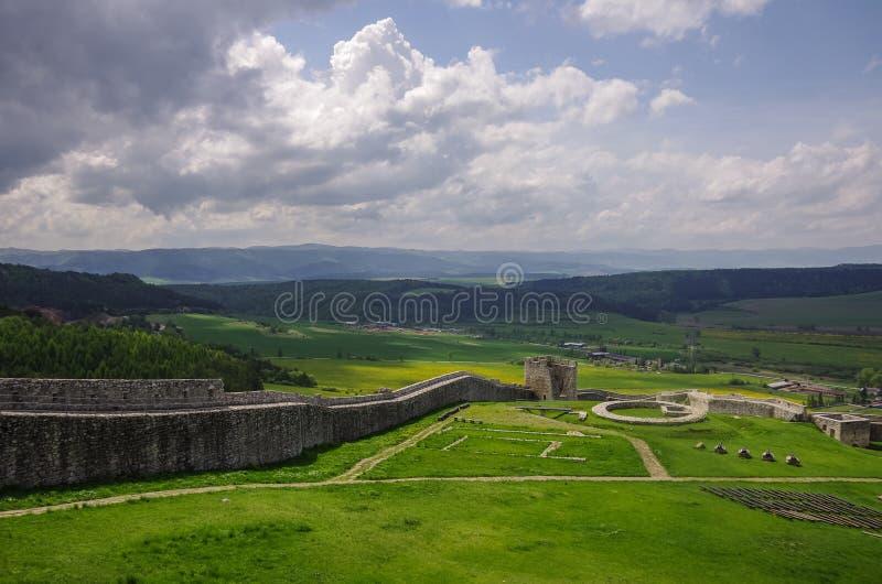 Dentro de las paredes del castillo de Spis con el panorama de prados - Spiss fotos de archivo