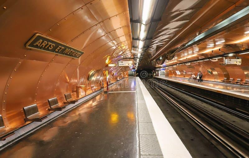 Dentro de los artes y de los Metiers de la estación de metro en la línea 11 en París La estación fue reajustada por el artista có imágenes de archivo libres de regalías