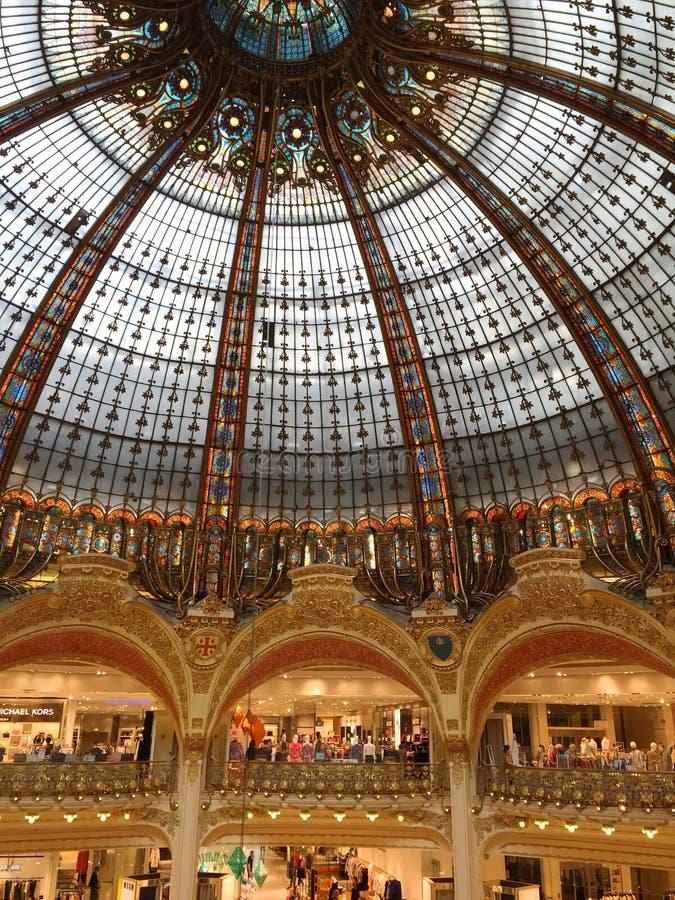 Dentro de los galeries Lafayette en París, Francia fotos de archivo