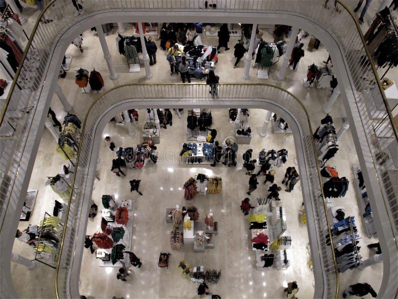 Dentro de los grandes almacenes en Roma, Italia foto de archivo libre de regalías