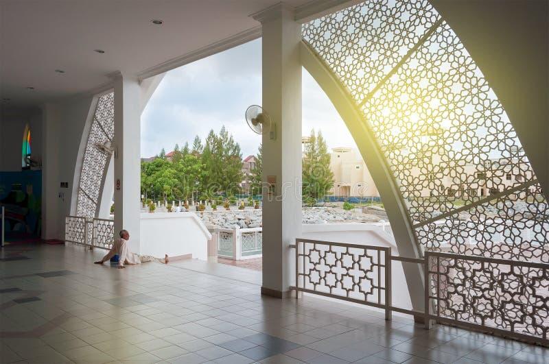 Dentro de mezquita de los estrechos de Malaca imagenes de archivo