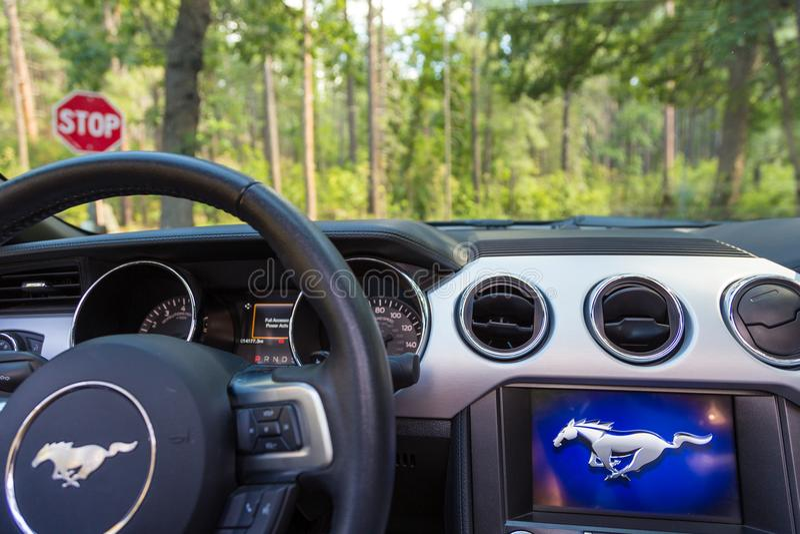 Dentro de nuevo Ford Mustang Cabriolet de plata en Arizona imágenes de archivo libres de regalías