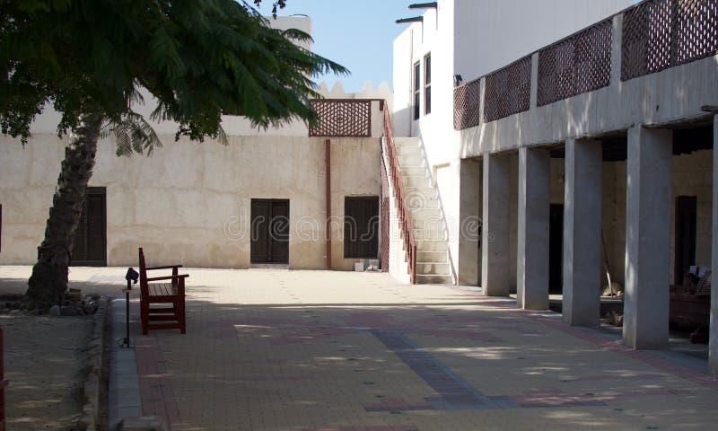 Dentro de Ras al Khaimah Museum no sol da manhã imagens de stock royalty free
