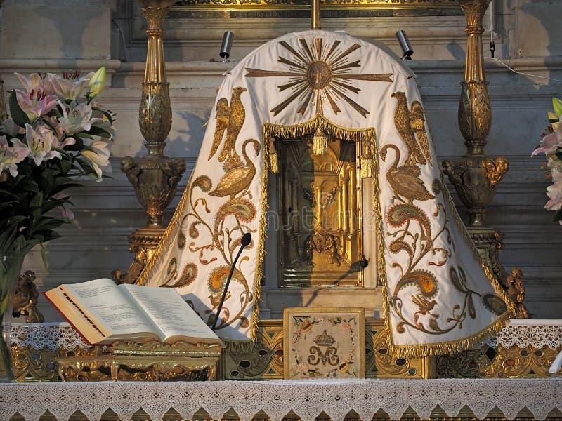 Dentro de Santa Maria della Salute, de la catedral de Venecia con las esculturas y los detalles fotos de archivo libres de regalías