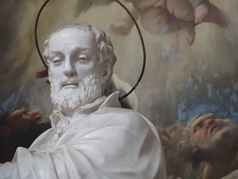 Dentro de Santa Maria della Salute, de la catedral de Venecia con las esculturas y los detalles foto de archivo