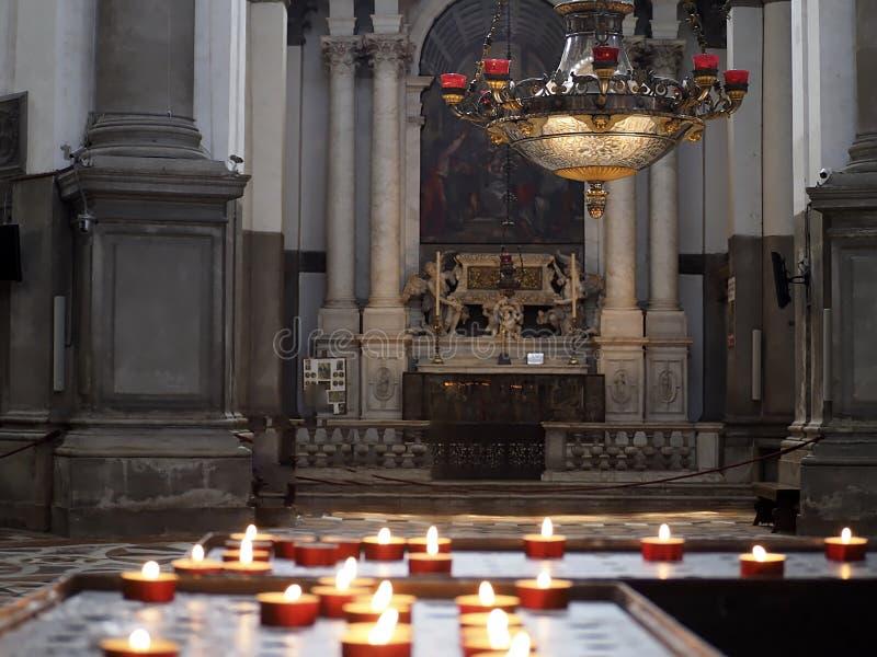 Dentro de Santa Maria della Salute, de la catedral de Venecia con las esculturas y los detalles fotografía de archivo