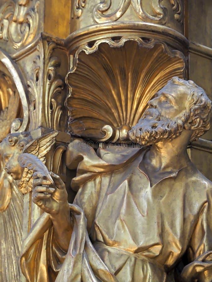 Dentro de Santa Maria della Salute, de la catedral de Venecia con las esculturas y los detalles fotos de archivo