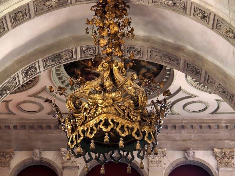 Dentro de Santa Maria della Salute, de la catedral de Venecia con las esculturas y los detalles imagen de archivo