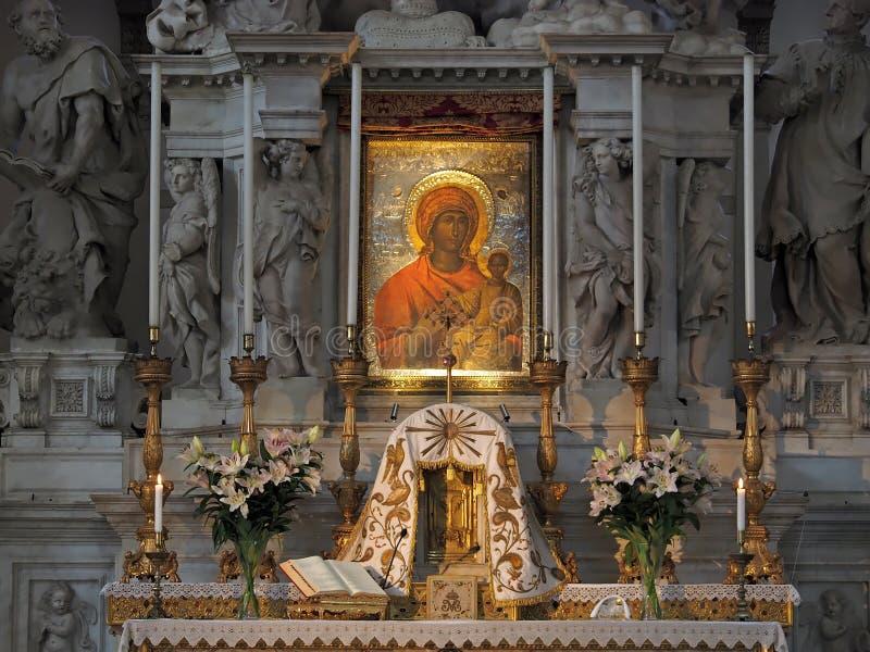Dentro de Santa Maria della Salute, de la catedral de Venecia con las esculturas y los detalles imagenes de archivo