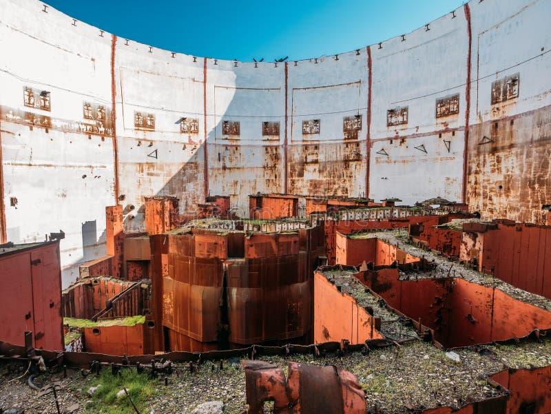 Dentro de sitio nuclear arruinado y abandonado redondo del rector en el NPP destruido crimeo, equipo de acero oxidado del generad imágenes de archivo libres de regalías