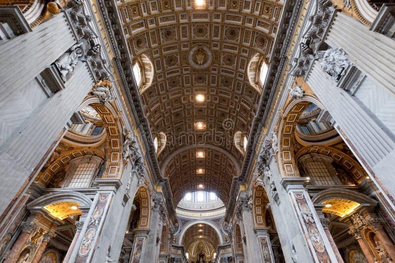 Dentro de St Peter Basilica en la Ciudad del Vaticano fotografía de archivo