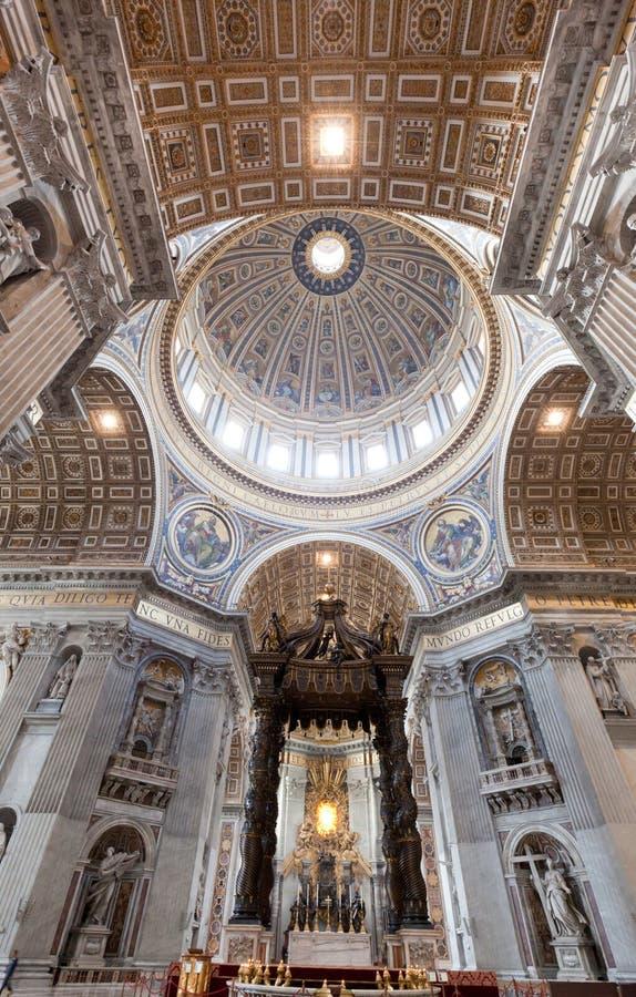Dentro de St Peter Basilica en la Ciudad del Vaticano fotos de archivo libres de regalías