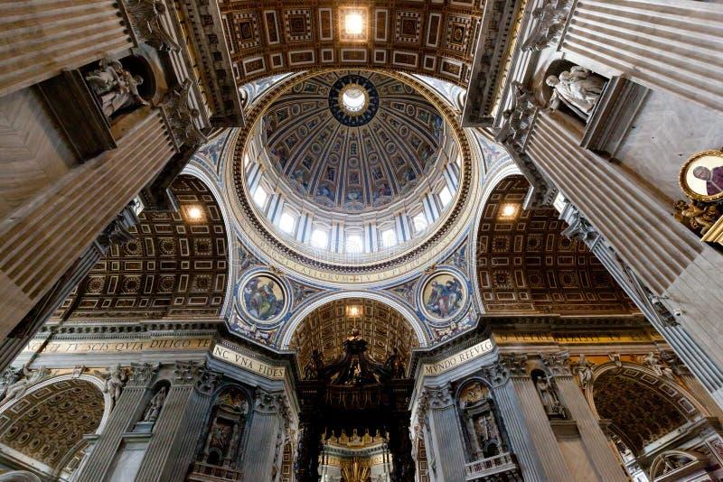 Dentro de St Peter Basilica en la Ciudad del Vaticano foto de archivo