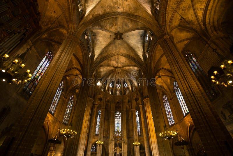 dentro de thecathedral de Barcelona em spain foto de stock